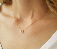 Wir wissen, dass Sie die Einfachheit unserer 14 k gold gefüllt zierliche Kreis Halskette lieben. Dieses Goldstück ist atemberaubend, wie es vielseitig ist. Tragen Sie dieses Stück auf seine eigene für Ihre tagsüber Look oder Schicht mit anderen Golden Ketten für eine