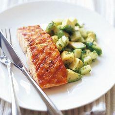 Salmón a la parrilla con aguacate, pepino y ensalada de eneldo | 29 recetas de aguacate súper fáciles
