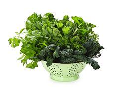 8 Tasty Greens For Smoothies and Juices. Spinach isn't the only green you can add to smoothies - in fact, there are many tasty greens for smoothies and juices that contain incredible nutrient variety and thus provide different health benefits! Foods With Iron, Foods High In Iron, Iron Foods, High Iron, Healthy Tips, Healthy Eating, Healthy Recipes, Healthy Foods, Skinny Recipes