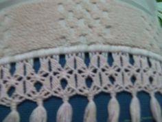 Toalha de Lavabo Bordada com Flores  Bordado em Ponto Cruz  Barra em Macramé    Toalha Buettner Caprice Premium  Tamanho: 30 cm x 50 cm  Cor: Pêssego