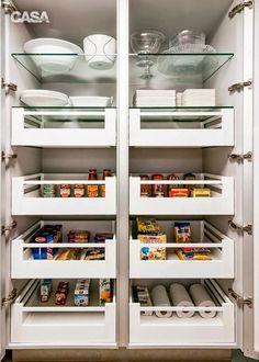 Móveis planejados: tudo o que você precisa saber sobre eles - Casa Kitchen Cupboard Doors, Kitchen Pantry, New Kitchen, Kitchen Storage, Kitchen Cabinets, Home Decor Kitchen, Kitchen Furniture, Kitchen Interior, Home Kitchens