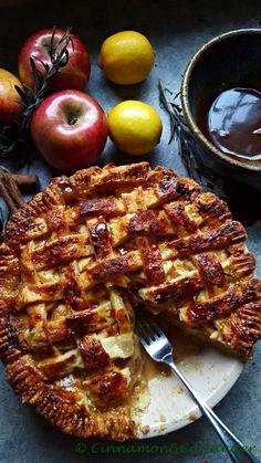 Apple Pie mit Salzkaramell und Rosmarin Note! Ein himmlisches, süßes Rezept für den Spätsommer und Herbst - Salted Rosemary Caramel Apple Pie