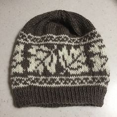 Ravelry: Maple Leaf Hat-Muster von Catherine Wolf , Ravelry: Maple Leaf Hat pattern by Catherine . Fair Isle Knitting Patterns, Knitting Charts, Loom Knitting, Knitting Socks, Free Knitting, Knitted Hats, Knitted Dolls, Knit Or Crochet, Embroidery