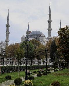 Der Zutritt zur Blauen Moschee ist kostenlos möglich. Während der Gebetszeiten ist die Moschee geschlossen. Die Öffnungszeiten findet ihr direkt vor der Moschee oder auch auf unserem Blog. Die Moschee ist für Touristen zugänglich. Frauen müssen sich bedecken und ein Kopftuch tragen. Man kann sich für den Besuch eines vor Ort ausborgen wenn man kein eigenes mitbringt. Männer müssen lange Hosen tragen. Vor dem Betreten muss man seine Schuhe ausziehen. Istanbul Sehenswürdigkeiten Highlights und… Gin, Istanbul, Taj Mahal, Highlights, Building, Blog, Instagram, Salat Prayer Times, Long Pants