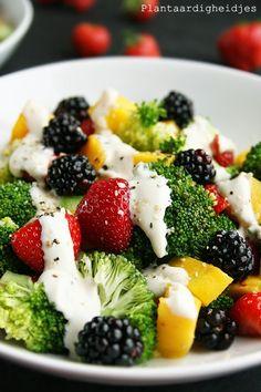 Broccoli fruit salade met sojayoghurt-tahin dressing