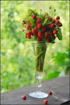 Make summer's favorite fruit the highlight of your party decorations with this strawberry bouquet. It looks so good you could eat it! #flowers #berries