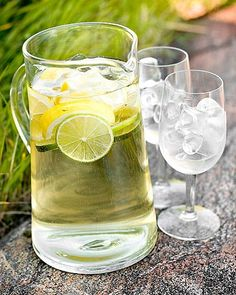 Burn Fat By Drinking Water And Lemon water! Juice Drinks, Cocktail Drinks, Fun Drinks, Yummy Drinks, Alcoholic Drinks, Cocktails, Lemon Water Diet, Lemon Water Weight Loss, Drinking Lemon Water