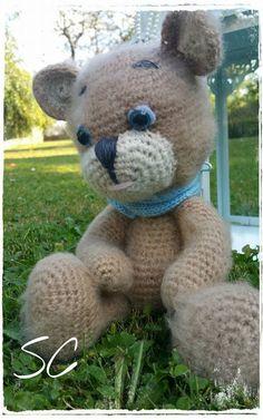 Un petit ours tout doux , nommé Oscar, qui saura attendre votre enfant sur son lit la journée : Jeux, jouets par deux-petites-mains