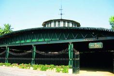 Bodega González Byass. La Bodega La Concha es un alarde de arquitectura de hierro, donde la cubierta apoya sobre pilares perimetrales, lo que permite eliminar los soportes centrales y presentar un gran espacio vacío para la crianza de los caldos olorosos.