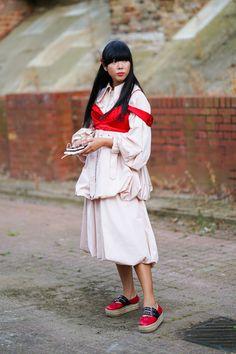 Susanna Lau alias Susie Bubble  Connue et reconnue en Angleterre grâce au succès de son blog Style Bubble, c'est dans un ensemble rose et rouge qu'elle a été flashée.  © Edward Berthelot / Getty Images