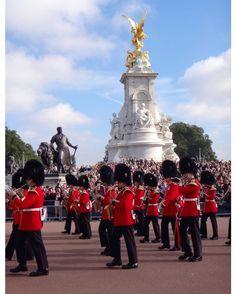A troca da guarda é um programa que faz parte do roteiro do turista em Londres. Escrevemos um post sobre a visita ao Palácio de Buckingham. Pena que não consegui dar um tchau para a rainha! --------- The changing of the guard is a program that is part of the tourist guide in London. We wrote a post about the visit to the Buckingham Palace. Too bad I could not give the queen a good-bye! ---------- #londres #london #inglaterra #england #buckinghampalace #uk #londoner #londonpop #instalondon…