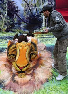 An artist paints a body painting depicting a tiger's face on the backs of three models in Fuzhou, Fujian province January The models were wearing white shirts for the painting as a call for increased awareness of protecting endangered animals. 3d Sidewalk Art, 3d Street Art, 3d Painting, Tiger Painting, Watercolor Fashion, Hand Art, Illusions, Photo Art, 3 D