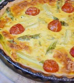 Looking for a creative way to use asparagus? Just grab a red pepper, chedder cheese, a pie crust, eggs, and some seasonings for a delicious quiche. Vegetarian Recipes Hearty, Meat Recipes For Dinner, Vegan Breakfast Recipes, Quiche Vegan, Low Carb Quiche, Quiche Au Brocoli, Asparagus Quiche, Meals Without Meat, Easy Homemade Recipes