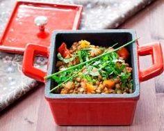 Les lentilles, comme tous les légumes secs, sont trop souvent boudées alors qu'elles sont une source de glucides complexes à faible index glycémique, de fibres, de vitamines et de minéraux. Elles apportent également du fer mais qui sera mieux assimilé par l'organisme en présence de vitamine C. L'association lentilles/tomates de cette recette est donc parfaite ! Salade de lentilles
