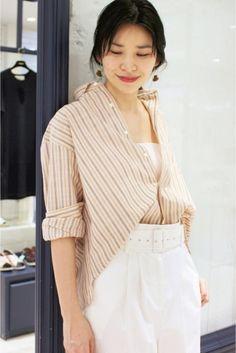 INDIVIDUALIZED SHIRTS スモックオーバーシャツ  INDIVIDUALIZED SHIRTS スモックオーバーシャツ 28080 ヴィンテージライクな色合いがポイントのシャツ オーバーサイズです カジュアルな雰囲気に着こなして INDIVIDUALIZED SHIRTS(インディビジュアライズドシャツ) 1961年John Larescaの手により創業したアメリカブランド 創業から半世紀以上経った今も一枚のシャツへのこだわりは一貫しておりアメリカ国内シェア1位を誇るファクトリーブランドです顧客リストには歴代大統領をはじめハリウッドスターやスポーツ選手などセレブリティーが名を連ね信頼と実績を兼ね備えたファクトリーブランドとして評価されています 店頭外での撮影画像は光の当たり具合で色味が違って見える場合があります 商品の色味はスタジオ撮影の画像をご参照ください ベージュ着用スタッフ身長:165cm 着用サイズ:フリー モデルサイズ:身長:168cm バスト:75cm ウェスト:58cm ヒップ:85cm 着用サイズ:フリー