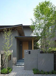 家 外観 Find home ideas and designs here. Houses designed by Masumi Yanase Architect Office Masumi Yana Japanese Modern House, Japanese Home Design, Small Modern Home, Diy Exterior, Modern Exterior, Exterior Design, Modern Bungalow House, Modern House Design, Humble House
