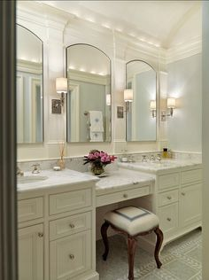 Tapicería y glamour en el baño. Bathroom Design Ideas. Classic Marble Bathroom. The counters in this bathroom are marble. The mirrors are Robern medicine cabinets