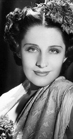 She won a beauty contest at age fourteen. In 1920 her mother, Edith Shearer, took Norma and her sister Athole Shearer (Mrs. Howard Hawks) to New York. Hollywood Glamour, Classic Hollywood, Old Hollywood, Hollywood Icons, Irving Thalberg, I Cried For You, Several Movies, It Happened One Night, Elegant