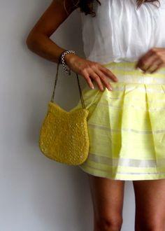 Falda amarilla con top de seda y bolso joya. www.ch2online.com