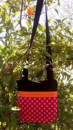 Bolsito para llevar al hombro,cruzado o simplemente colgado. El estampado de cada bolso es original, divertido, alegre. Hay para todos los gustos. ...