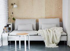2 tilbygningsdele til skrivebord er placeret mellem en væg og en sofa til opbevaring af fjernbetjeninger, bøger og meget mere.