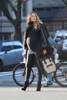 Blake Lively: The pictures of her most beautiful pregnancy looks Ums . - Blake Lively: The pictures of her most beautiful pregnancy looks Maternity Wear at … - Beautiful Pregnancy, Pregnancy Looks, Pregnancy Bump, Stylish Maternity, Maternity Wear, Celebrity Maternity, Maternity Styles, Maternity Clothing, Winter Maternity Fashion