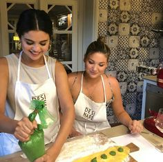 Image may contain: one or more people, food and indoor Selena Gomez Fotos, Estilo Selena Gomez, Selena Gomz, Boyfriend Justin, Marie Gomez, Cancun, Her Style, All Star, Serum