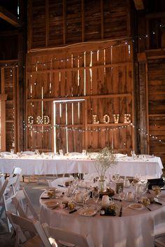 Décoration de mariage dans la grange du vignoble de la Bauge.