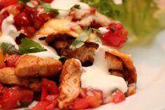 I dag står det enchiladas på menyen. Enchiladas tilberedes av sammenrullede, myke maistortillaer som er fylt med kylling eller kjøttdeig- og en tomatsaus. Rullene dekkes med ost og tomatsaus, gratineres i ovnen, og serveres med tilbehør etter smak.