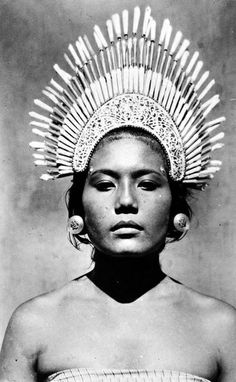 Balinese dancer with headdress We Are The World, People Around The World, Old Photos, Vintage Photos, Ethno Style, Indonesian Art, Portraits, Cultural, World Cultures