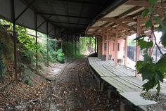 Abandoned and Urbex Abandoned Theme Parks, Abandoned Ships, Abandoned Train, Abandoned Amusement Parks, Abandoned Mansions, Old Buildings, Abandoned Buildings, Abandoned Places, Blue Mountains Australia