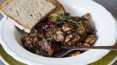Srnčí ragú na víně se strouhaným perníkem Steak, Good Food, Pork, Beef, Kale Stir Fry, Meat, Steaks, Healthy Food, Pork Chops