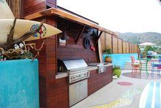 Coin barbecue de cette grande terrasse avec piscine à l'esprit jeune et désinvolte