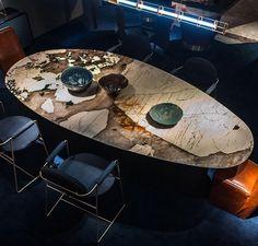 Самая экзотичная новинка этого года представленная на выставке iSaloni 2016 - стол Lagos от фабрики Baxter.  Его столешница - это редкий камень который добывается в Патагонии (Южная Америка). Необычный срез камня в сочетании с ассиметричной формой столешницы выглядят роскошно. Всего в лимитированной коллекции представлено 10 штук столов с различными рисунками этого камня. www.sclassic.ru  #sclassic #sclassicirk #baxter #baxtermadeinitaly #isalone2016 #salonedelmobile #design #design…