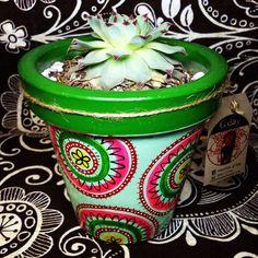 Macetas de barro pintadas a mano con o sin planta decorativa. MACETAS GDAY Cactus Planta, Flower Pots, Flowers, Painted Pots, Pottery Painting, Terracotta Pots, Bottles, Gardening, Pretty
