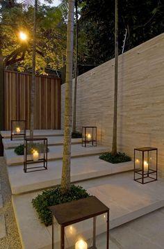 Interessante: Luminária com velas; Portão madeira ripada com diferentes tonalidades na vertical.