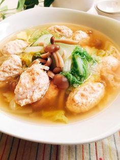 白菜を汁ごと食べて、栄養は全部取れます。冬の野菜を冬らしく食べよう❣️ 鶏だんごはふわふわの食感を楽しんでください。