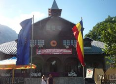 Activitatea Bibliotecii Orasenesti din Busteni se desfasoara conform actelor emise de Ministerul Culturii si Cultelor privind organizarea si functionarea bibliotecilor publice (Ordin nr.2069/1998 si Ordinul nr.2026/2000) si de Asociatia Nationala a Bibliotecarilor si Bibliotecilor Publice din Romania. Cabin, House Styles, Home Decor, Decoration Home, Cabins, Cottage, Interior Design, Home Interior Design, Wooden Houses
