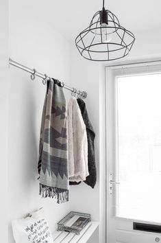 Porte manteau DIY – Tanja van Hoogdalem - Tricot et Crochet Hallway Inspiration, Interior Inspiration, Scandinavian Interior, Home Interior, Foyer Design, Entry Hallway, Ideas Hogar, House Entrance, Hallway Decorating