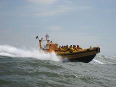 De snelle rubberboot De Geus neemt u mee op zeehondentocht over de Waddenzee.