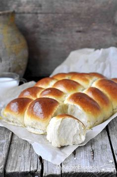 Hawaiian Sweet Rolls are perfectly sweet and tender. These fluffy homemade rolls are infused with pineapple juice and the recipe is better than Kings brand Cooking Bread, Bread Baking, Cooking Recipes, Halloumi Burger, Quick Dinner Rolls, Thermomix Bread, Hawaiian Sweet Rolls, Homemade Rolls, Good Food