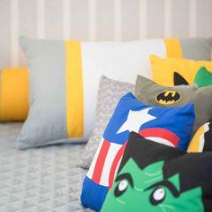 Almofadas Super Heróis. Detalhe Hulk, Capitão América, Homem de Ferro, Batman, Wolverine. Fundo em Cinza e amarelo. Quarto Super Heróis. Decoração personalizada Super Heroes. Kit Cama, Kit Berço, decoração, quadros, tudo no tema Heróis.