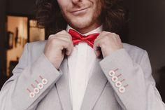 Novio con pajarita roja {Foto, The Visual Partners} #novio #groom #tendenciasdebodas