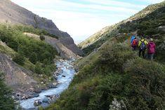 De W-Trek in Torres del Paine Nationaal Park in Chileens Patagonië is veruit de populairste hike met een backpack van het park. De wandelroute heeft de vorm van een W, vandaar de naam. In totaal loop je 76 kilometer in 4 of 5 dagen. Catamaran, Camping, River, Mountains, Nature, Outdoor, Santiago, Patagonia, Rice