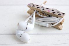 Wer unterwegs gerne Musik hört und sich über Kabelsalat in der Handtasche ärgert, für den hab ich die Lösung: ein einfaches DIY für eine Kopfhörer Klammer.