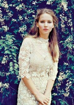 Jenifer lawrence love her dress soo vintage!!