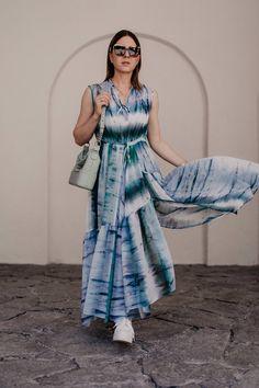 """Batik kombinieren leicht gemacht: Ich zeige dir in einem Sommer Outfit, wie gut du den Tie-Dye Trend 2019 im Alltag kombinieren kannst. Außerdem findest du auf meinem Modeblog zahlreiche Styling-Tipps rund um das Batik-Muster. Die Sommer Trends 2019 versprechen jede Menge stilvolle Tie-Dye Outfits, womit sich die """"Was ziehe ich im Sommer an?""""-Frage direkt beantworten lässt. Mehr liest du jetzt auf www.whoismocca.com. #batik #tiedye #sommertrends #modetrends #sommeroutfit Casual Chic Outfits, Tie Dye Outfits, Fashion Weeks, Batik Shirt, Ankle Jewelry, German Fashion, Fashion Bloggers, Fashion Trends, Fashion Group"""