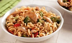 Yakisoba de frango Macaroni And Cheese, Sushi, Food And Drink, Pizza, Meals, Cooking, Ethnic Recipes, Caldo, Foods