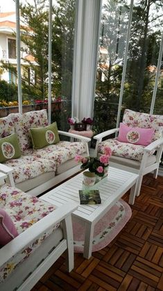 Balkon – Home Decoration Porche Shabby Chic, Shabby Chic Veranda, Shabby Chic Porch, Balcony Furniture, Outdoor Furniture Sets, Outdoor Decor, Wicker Furniture, Outdoor Seating, Apartment Balcony Decorating