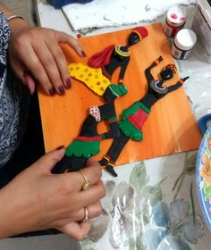 Pottery Painting, Ceramic Painting, Fabric Painting, Ceramic Art, Hobbies And Crafts, Arts And Crafts, African Art Paintings, Clay Wall Art, African Crafts